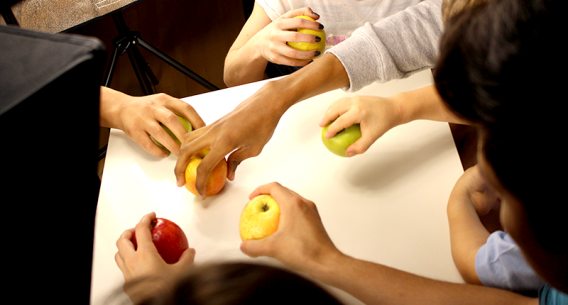 Hände und Äpfel
