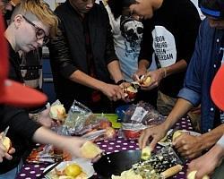 Jugendliche beim gemeinsamen Kochen