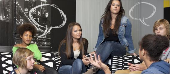Jugendliche mit verschiedenen kulturellen und sozialen Hintergründen reden miteinander