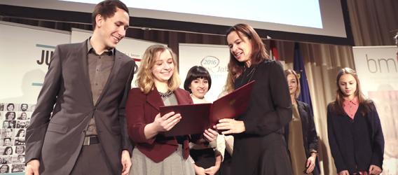 BM Karmasin überreicht 2 Jugendlichen eine Auszeichnung