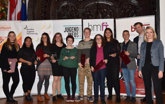 """Gruppenfoto mit den Gewinnerinnen und Gewinnern der Kategorie """"Nationale Jugendarbeit""""."""