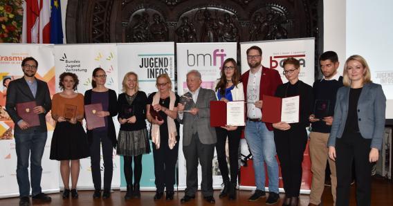 """Gruppenfoto mit den Gewinnerinnen und Gewinnern der Kategorie """"Erasmus+: Jugend in Aktion""""."""