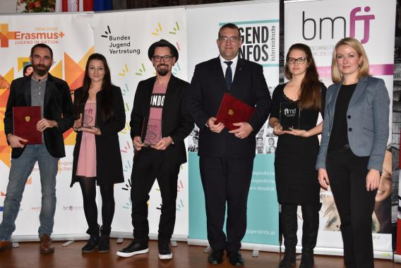 """Gruppenfoto mit den Gewinnerinnen und Gewinnern des Sonderpreises """"Generationendialog""""."""