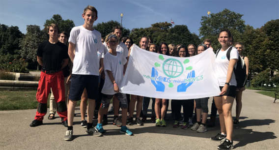 Gruppe von Jugendlichen mit Transparent