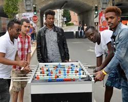 Jugendliche beim Tischfußballspielen