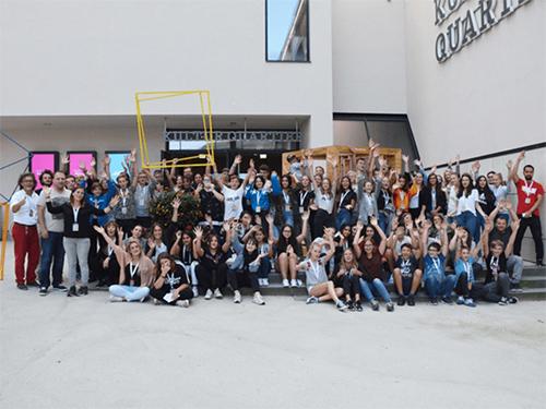 Gruppenfoto mit vielen Jugendlichen